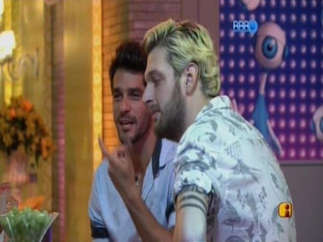 08.mar.2014 - Diego e Cássio conversam durante a festa.