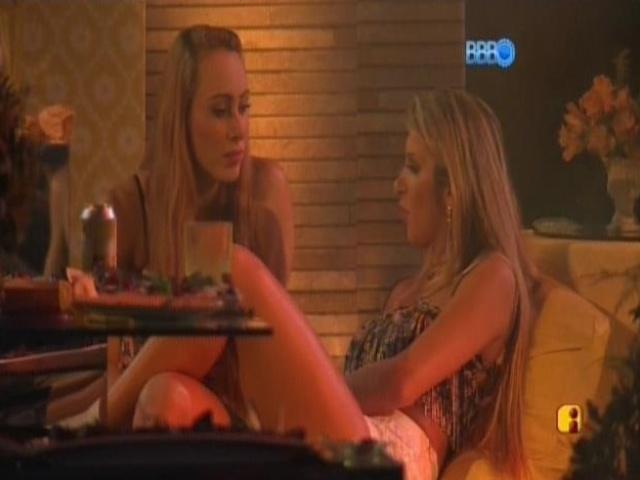 08.mar.2014 - Aline se defende para Tatiele
