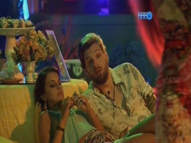 08.mar.2014 - Angela critica Marcelo e Aline para Cássio.