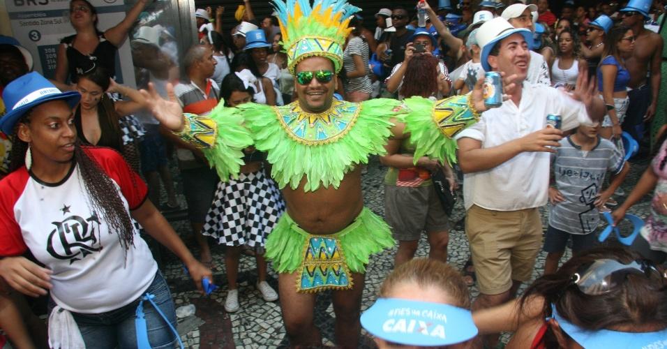 09.mar.2014-  Com fantasias criativas, foliões se despedem do Carnaval do Rio
