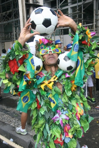 09.mar.2014-  Homem se inspira na Copa do Mundo para compor fantasia