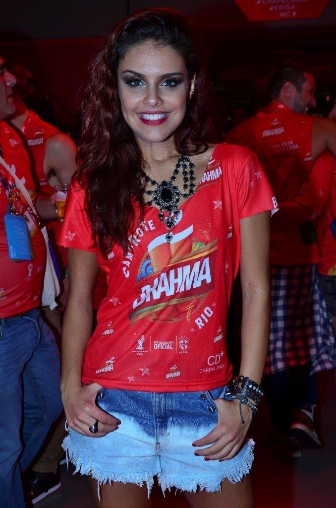 09.mar.2014- Paloma Bernardi posa em camarote da Sapucaí