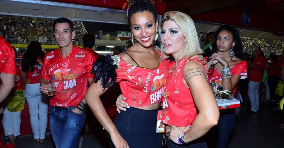 09.mar.2014- Sheron Menezzes e Antônia Fontenelle se divertem no Desfile das Campeãs