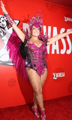 09.mar.2014- Susana Vieira se diverte fantasiada em camarote da Sapucaí