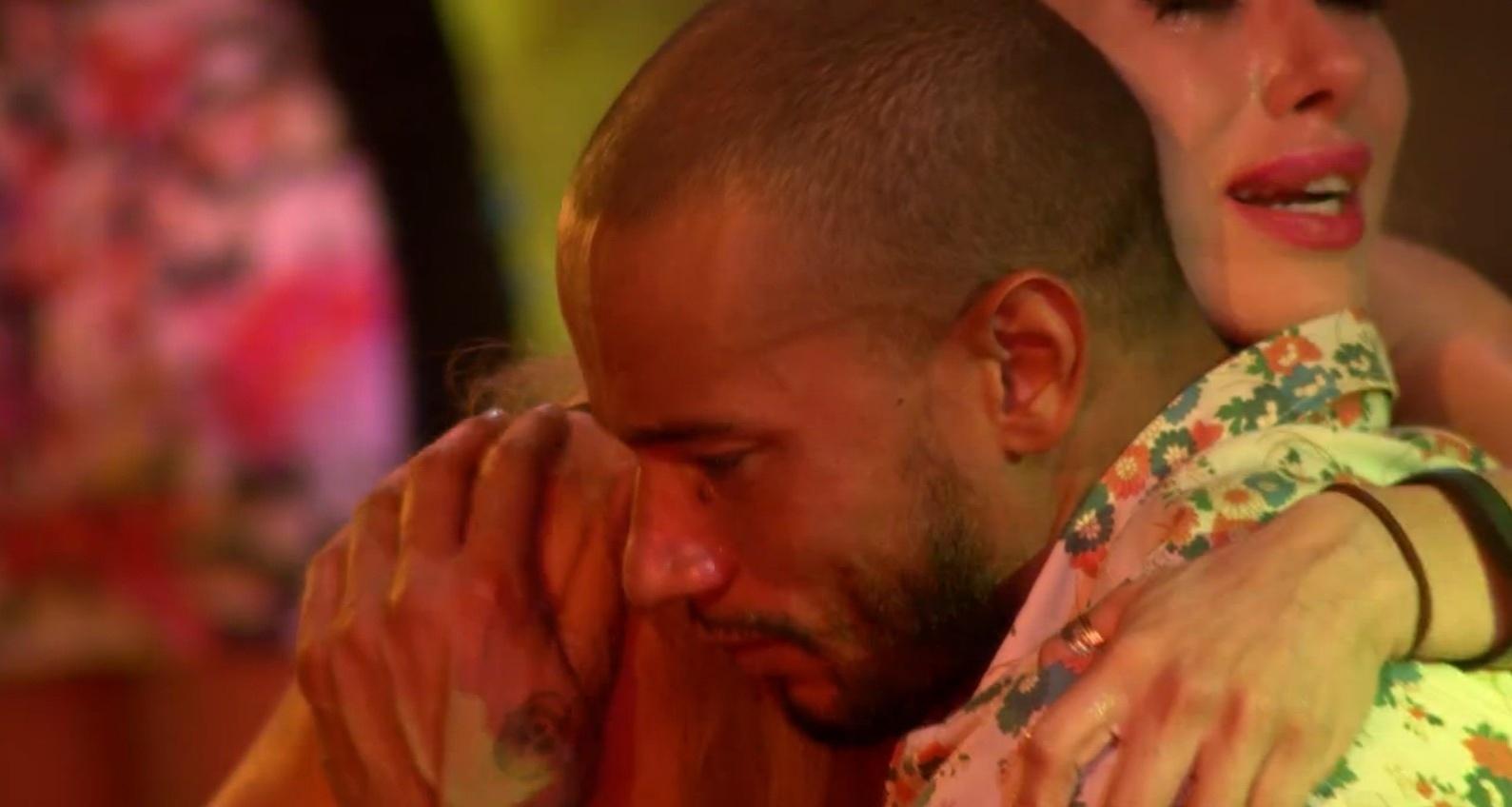 8.mar.2014 - Valter chora ausência da mãe e é consolado por Aline e Angela