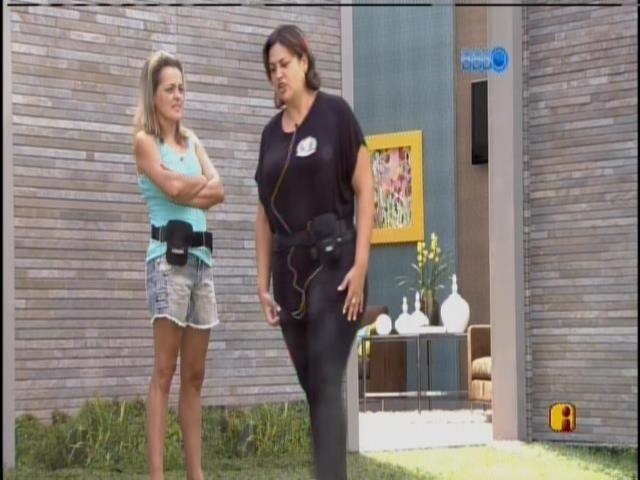 9.mar.2014 - Adriana fala para Clara que o bebê dela está