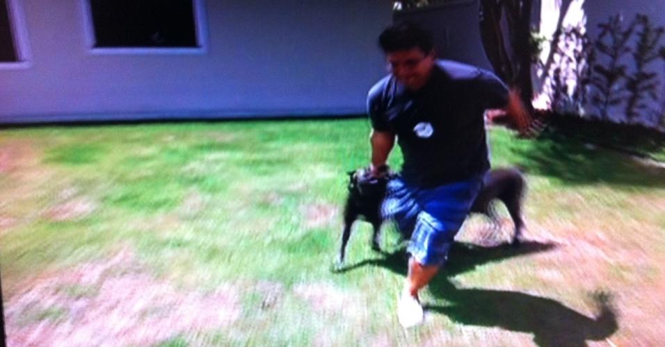 9.mar.2014 - André Marques brincando com seus cães. Após realizar a cirurgia bariátrica, o apresentador exibiu a sua nova silhueta no