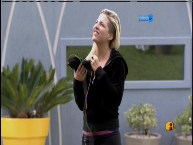 9.mar.2014 - Clara acorda e conversa com a tia, Adriana