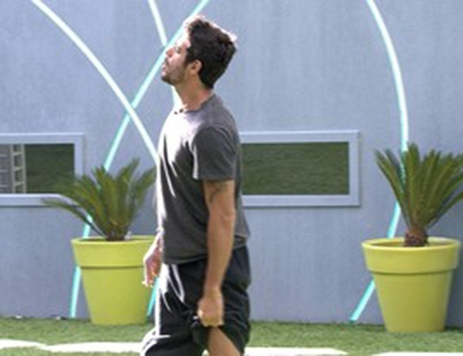 9.mar.2014 - Diego é o primeiro a acordar e conversa com a mãe pelo muro