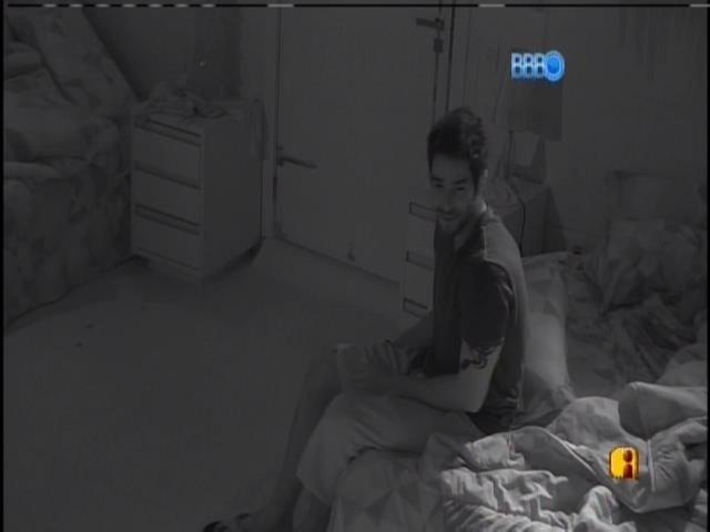 9.mar.2014 - O carioca acorda Angela para conversar com a mãe dela