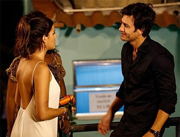 Luiza encontra Laerte em festa no Vidigal e fica surpresa
