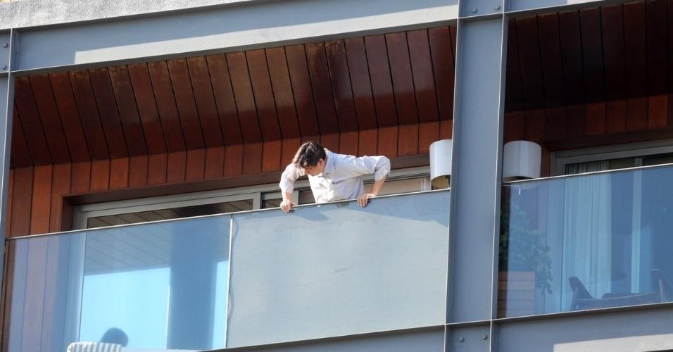 10.mar.2013 - Após ser fotografado de short e sem camisa, equipe que acompanha Ricky Martin cobriu parte da varanda com tapumes
