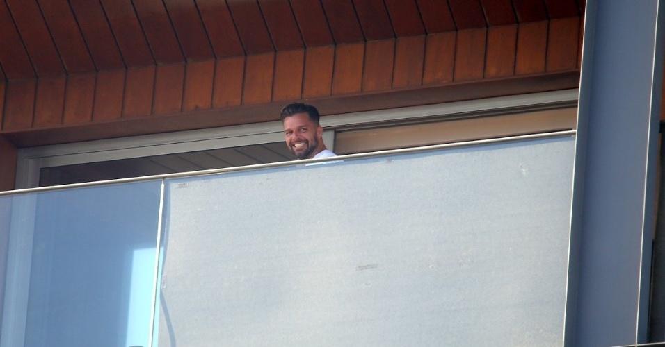 10.mar.2013 - Após ser fotografado de short e sem camisa, varanda do quarto onde Riky Martin está hospedado, no Rio, foi coberta com tapumes