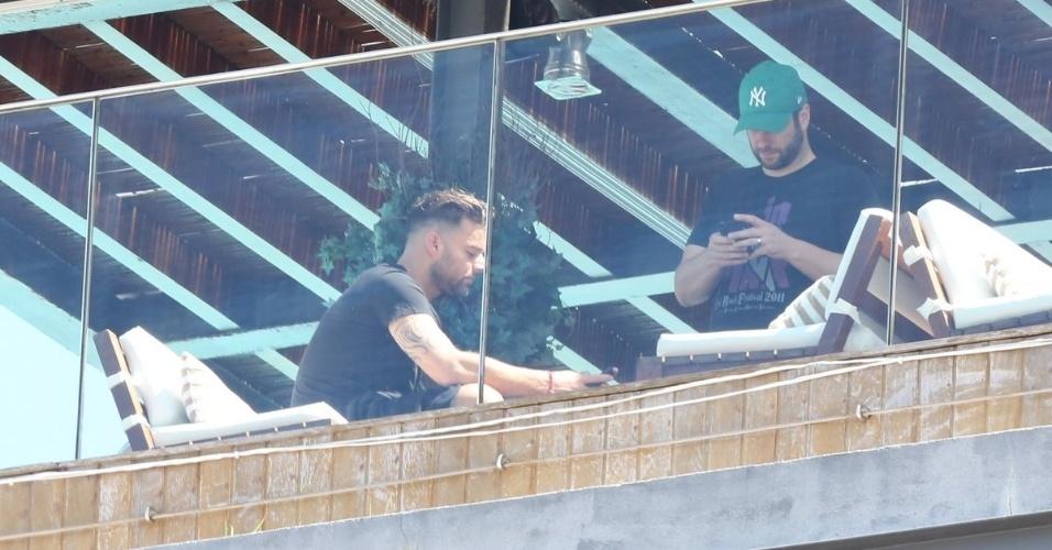 10.mar.2013 - Ricky Martin curte piscina do hotel em que está hospedado em Ipanema, na zona sul do Rio