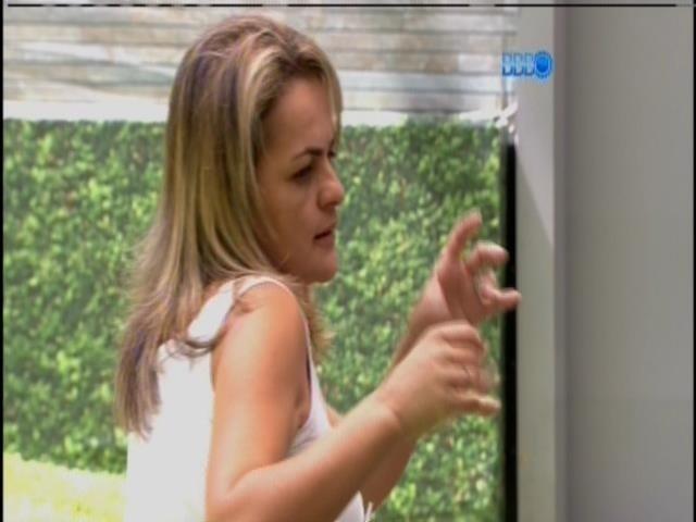 10.mar.2014 - Adriana conta que a mãe de Clara iria entrar no programa