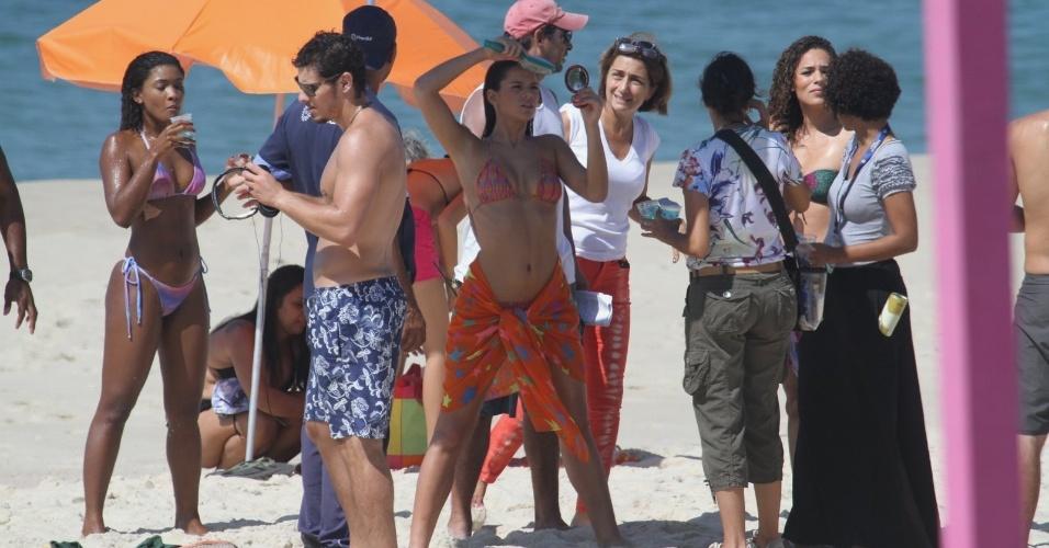 10.mar.2014 - De biquíni, Bruna Marquezine arruma os cabelos durante gravações de