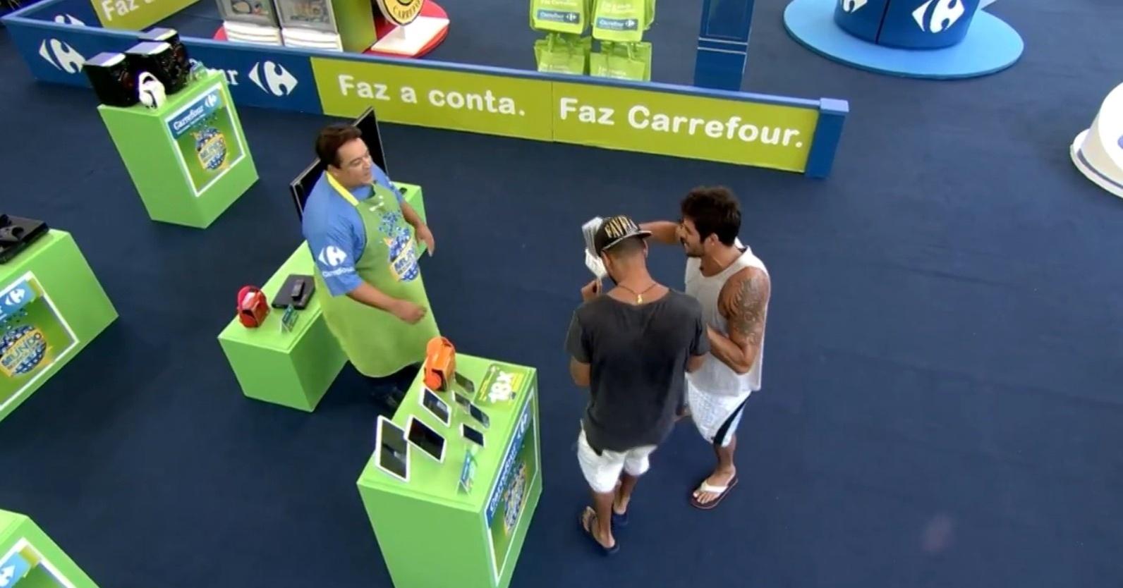 10.mar.2014 - Diego e Valter ganharam prêmios do patrocinador no mercado