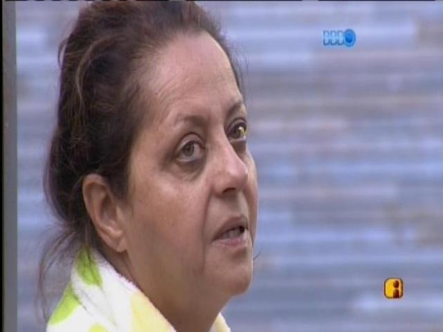 10.mar.2014 - Leda, mãe de Marcelo, acorda emocionada e chora.