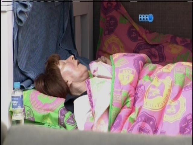 10.mar.2014 - Ledi, mãe de Aline, continua dormindo