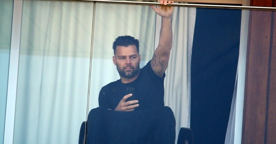 10.mar.2014 - Ricky Martin é fotografado na varanda de seu quarto em frente à praia de Ipanema, no Rio de Janeiro. O cantor está no Brasil para gravar partes do
