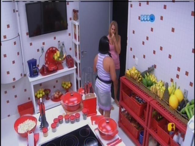 10.mar.2014 - Zezinha, tia de Valter, acorda e vai para a cozinha