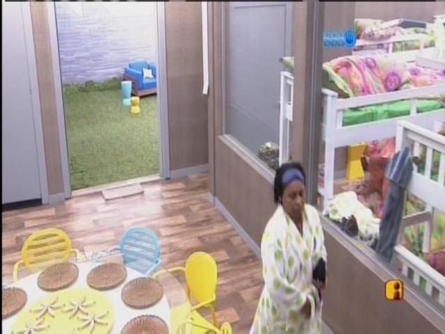 10.mar.2014- Zezinha, tia de Valter, é a segunda a acordar na casa das mães