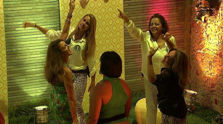8.mar.2014 - As mães de Angela, Diego e Marcelo e as tias de Clara e Valter dançam juntas na pista