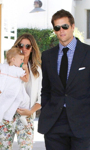 8.mar.2014 - Gisele Bundchen e Tom Brady levam a filha Vivian, de um ano e três meses, para ser batizada na igreja onde casaram em Los Angeles. Os dois também são pais de Benjamin, de três anos