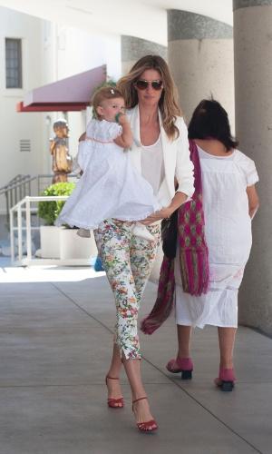 8.mar.2014 - Gisele Bundchen usa calça estampada e blazer branco no batizado da filha Vivian na igreja onde casou com Tom Brady em Los Angeles
