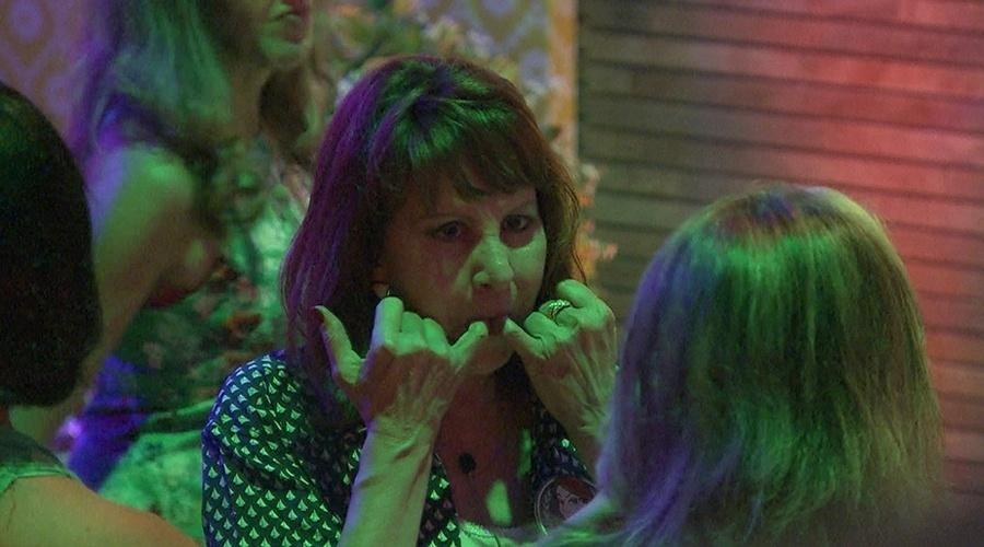 8.mar.2014 - Ledi, mãe de Aline, tenta assobiar e não consegue: