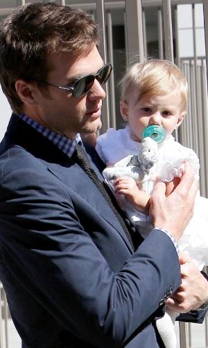 8.mar.2014 - Tom Brady leva a filha Vivian para ser batizada na igreja onde casou com Gisele Bündchen em Los Angeles