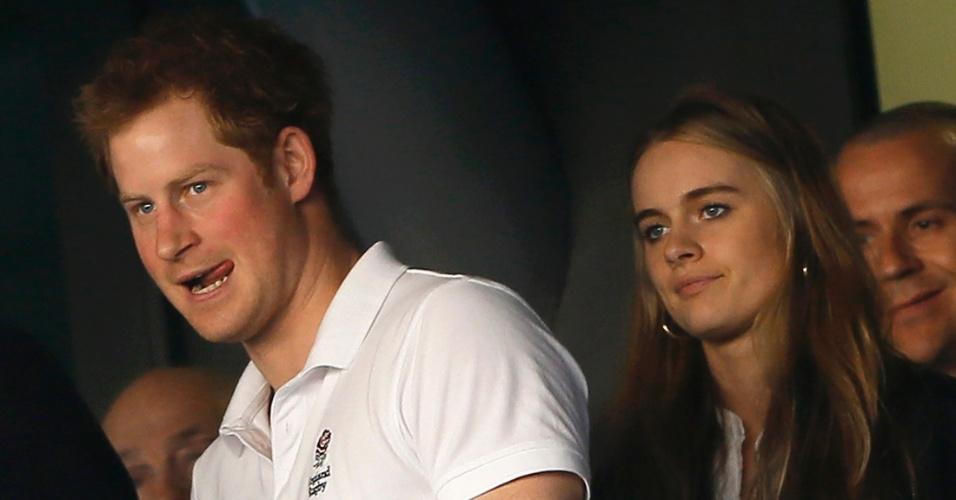 9.mar.2014 - Príncipe Harry e sua namorada Cressida Bonas assistem ao jogo de rugby Inglaterra x País de Gales em Londres