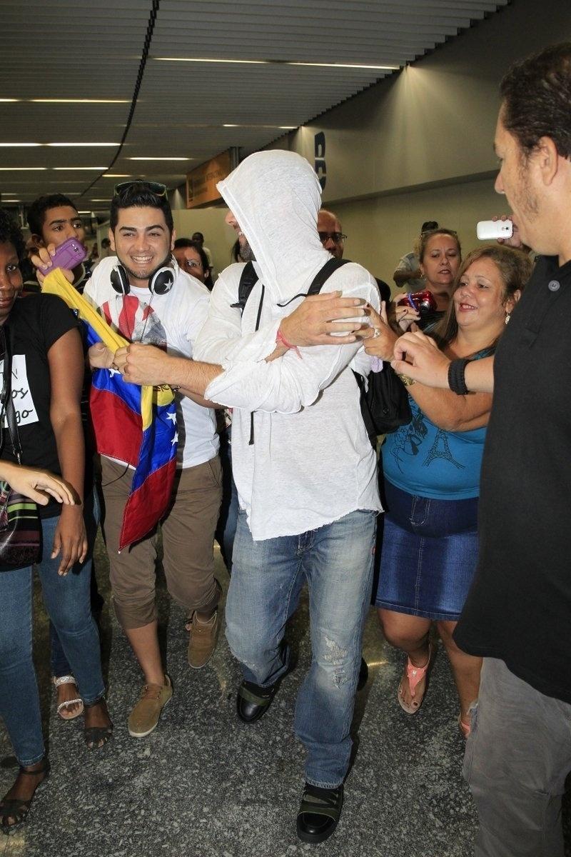 9.mar.2014 - Ricky Martin desembarca no aeroporto do Galeão, no Rio de Janeiro
