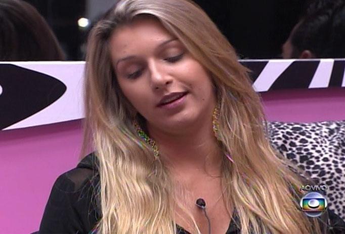 9.mar.2014 - Tatiele daria a imunidade a Marcelo, mas é interrompida por Bial, que anuncia que o poder do anjo desta semana é de