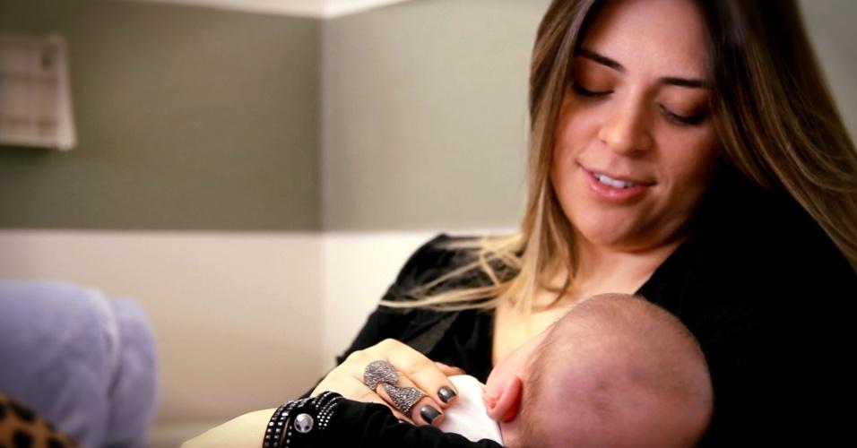 gisela arkalgi e o filho, Roni, que nasceu prematuro de 26 semanas, em still do vídeo de Gravidez e Filhos com depoimentos de mães de prematuros