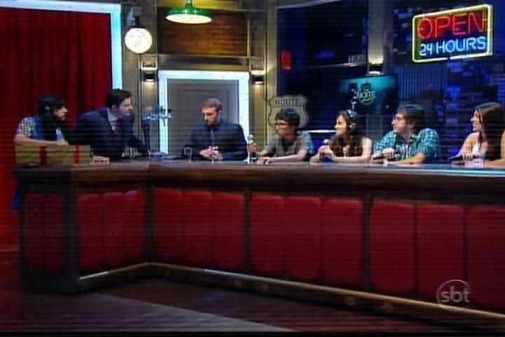 10.mar.1014 - Danilo Gentili também mostrou como foi a seleção para contratar os estagiários do programa, que ficam em uma bancada que parece um pub