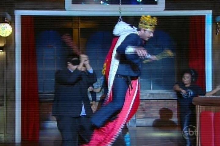 """10.mar.2014 - No final do programa, Danilo """"voou"""" com uma roupa de rei. Na estreia do """"Agora é Tarde"""", com Rafinha Bastos, o apresentador também foi alçado"""