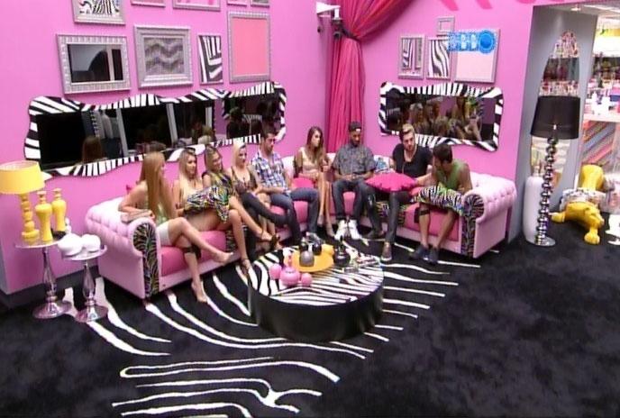 11.mar.2014 - Separados por Tatiele, Clara e Vanessa, Aline e Marcelo, os dois emparedados, aguardam o início do programa da noite