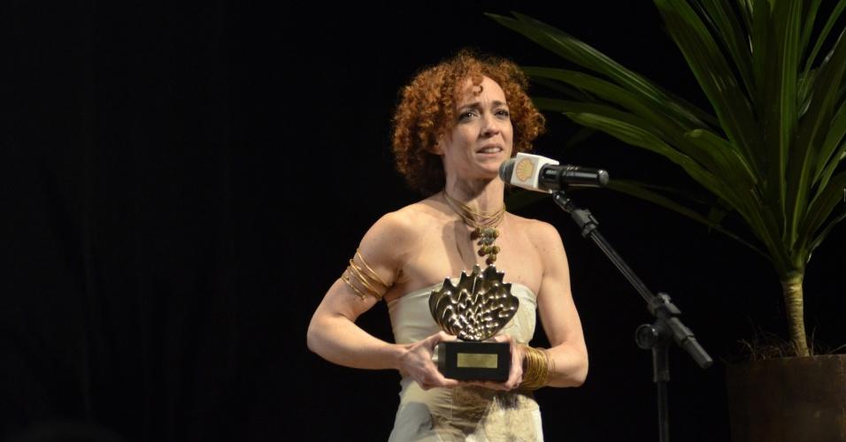 """11.mar.2014 - A atriz Laila Garin é a vencedora do prêmio Shell de Teatro no Rio de Janeiro com a peça """"Elis, a musical"""""""