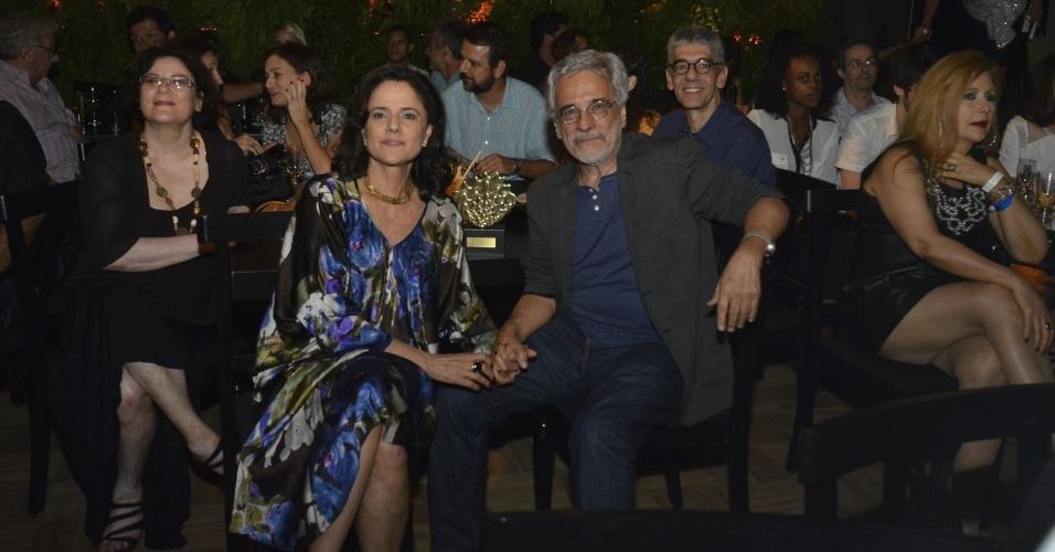 """11.mar.2014 - A atriz Marieta Severo prestigia o marido, o diretor Aderbal Freire Filho, que recebeu o prêmio pela peça """"Incêndios"""""""