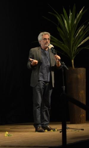 """11.mar.2014 - Aderbal Freire Filho recebe o prêmio por melhor diretor pela peça """"Incêndios"""""""