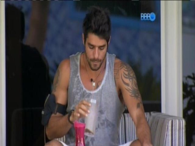 11.mar.2014 - Diego acorda, toma café e fuma na varanda