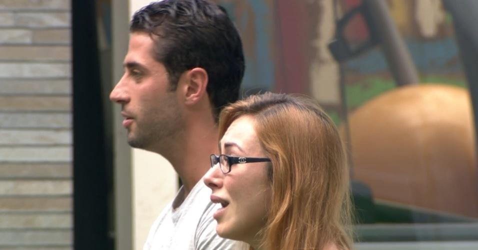 11.mar.2014 - Emparedados, Aline e Marcelo ficam de frente para suas mães. Esta foi a primeira fez na história do BBB