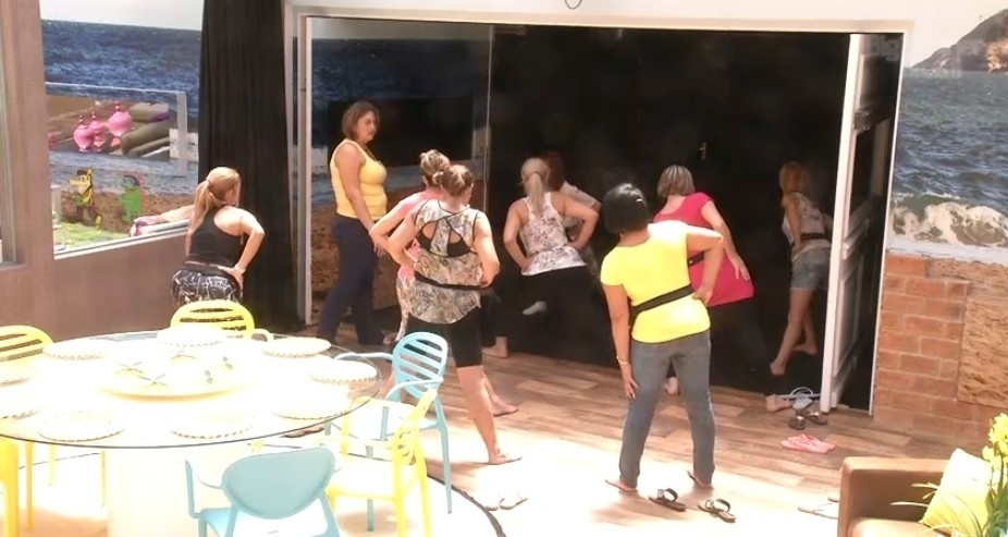 11.mar.2014 - Ledi, mãe de Aline, dá aula de ginástica para as mães e tias dos brothers