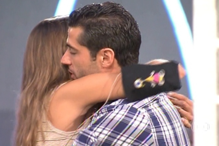 11.mar.2014 - Marcelo comemora a sua permanência na casa com um forte abraço em Angela