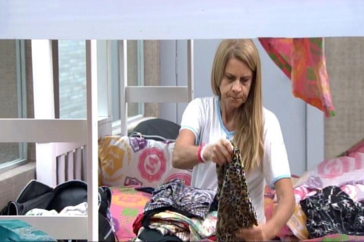 11.mar.2014 - Márcia, mãe de Diego, levanta cedinho e aproveita o tempo para arrumar as roupas de sua mala