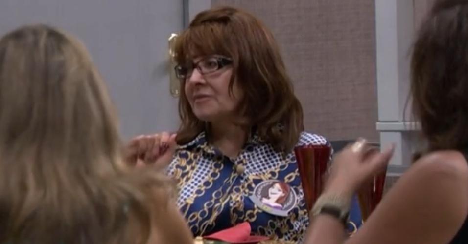 11.mar.2014 - Maria Ledi, mãe de Aline, conta truque para valorizar o bumbum