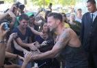 Ricky Martin atende fãs em porta de hotel - Foto Rio News