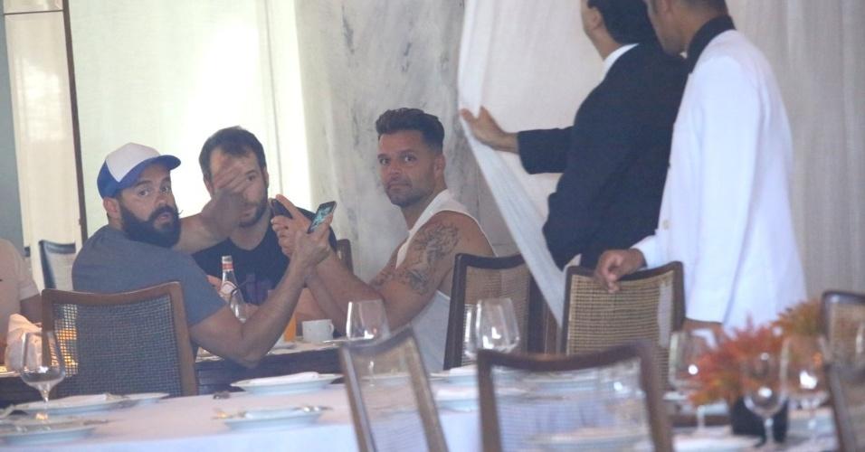 11.mar.2014 - Ricky Martin e sua equipe não gostaram de ser fotografados durante o café da manhã em um hotel em Ipanema