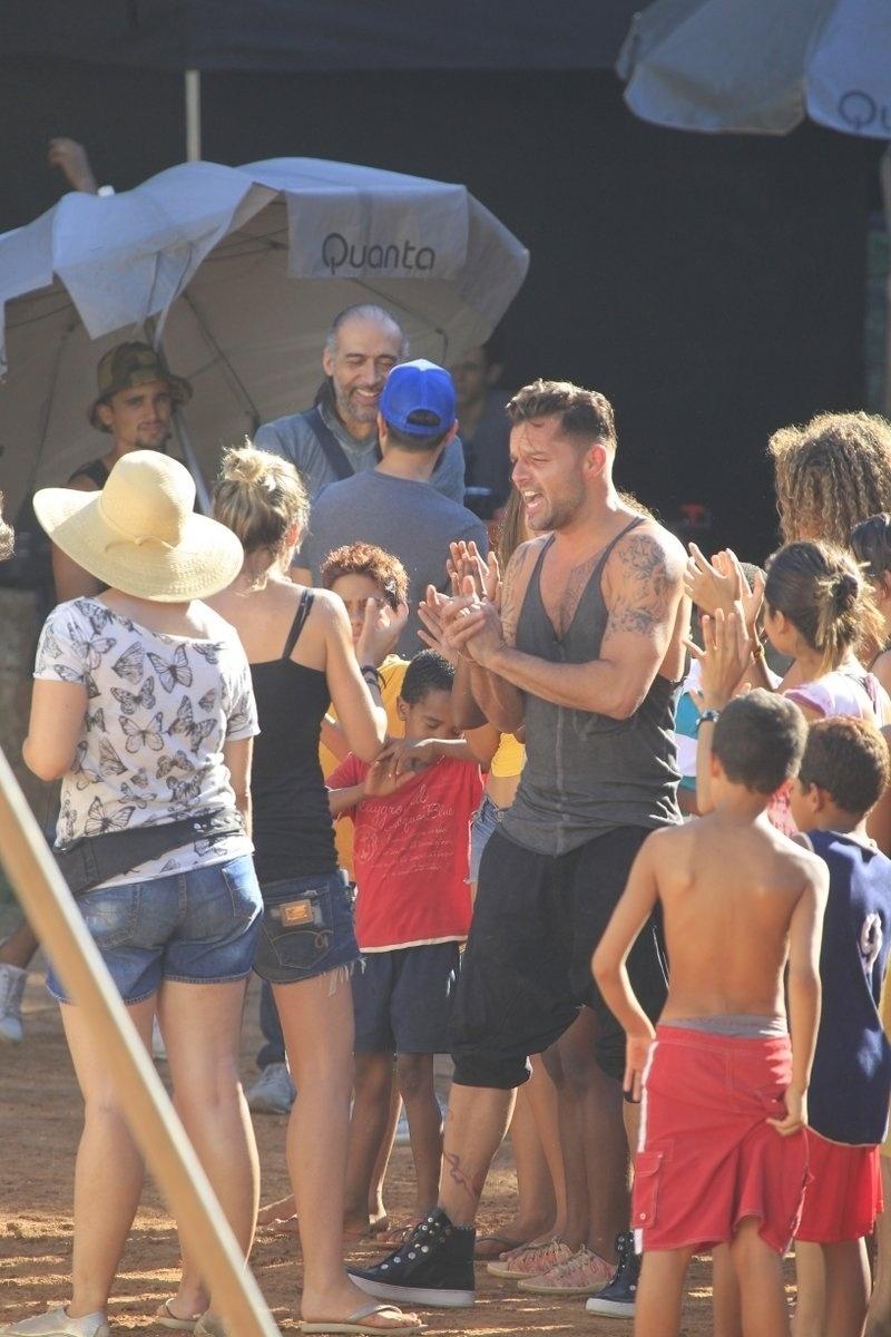 11.mar.2014 - Rodeado de jovens, Ricky Martin gravou clipe da canção